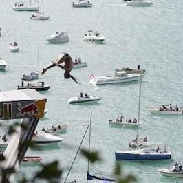 Red Bull Cliff Diving: a capofitto nel lago di Uri